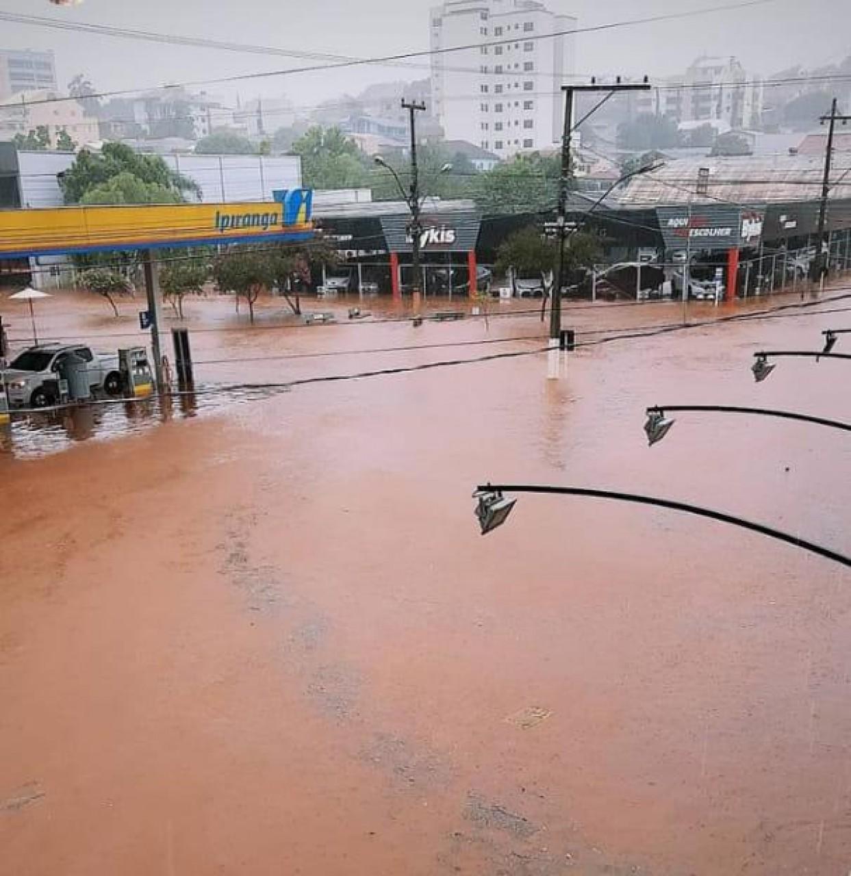 Ruas de Tapejara ficam alagadas por conta das fortes chuvas
