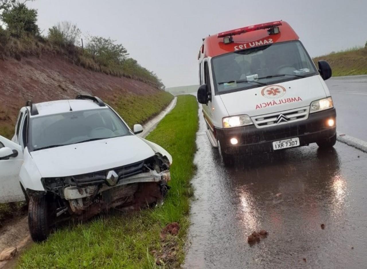 Saída de pista deixa condutor ferido na BR-470 em Lagoa Vermelha