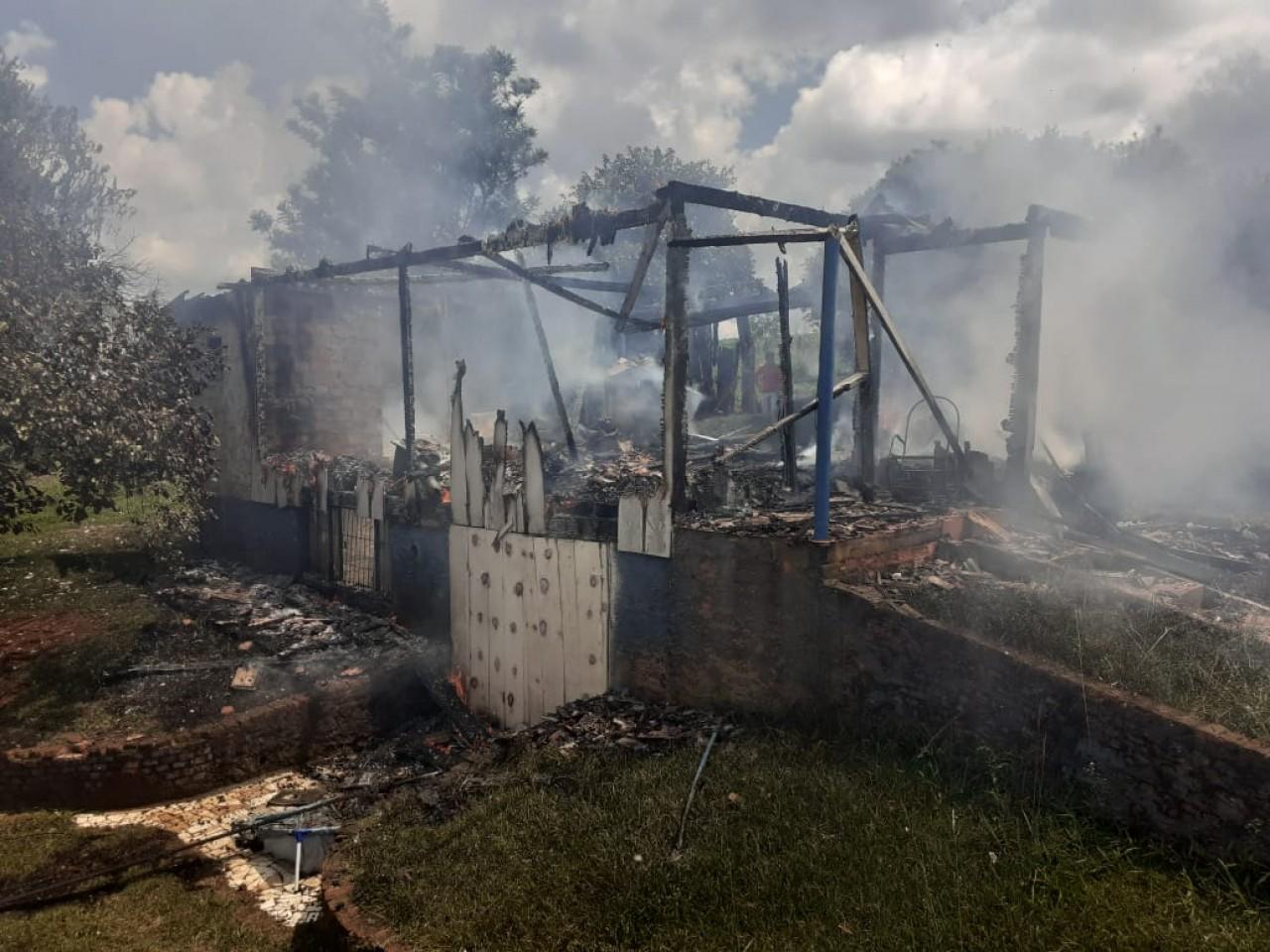 Incêndio destrói residência no Bairro Treze de Maio em Tapejara