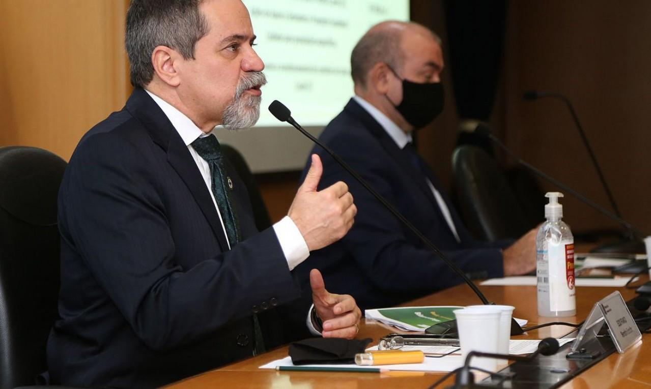 Prioridade será de vacina em fase mais avançada, diz governo