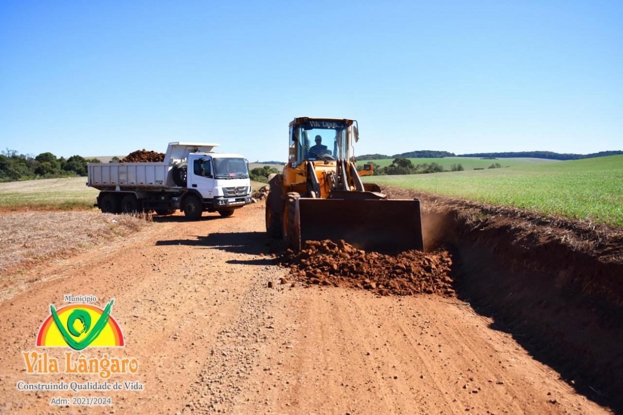 Vila Lângaro faz limpeza e alargamento da estrada na Linha Floriano