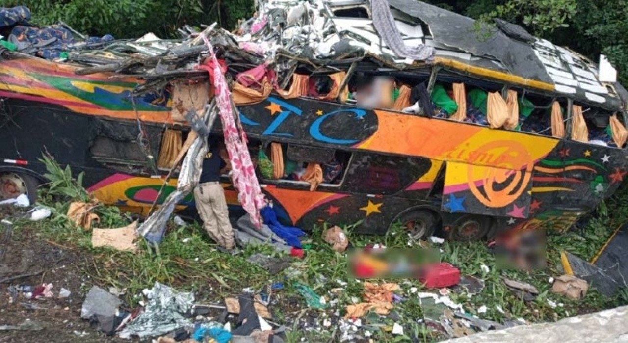 Ônibus de passageiros despenca na BR-376, no litoral do Paraná