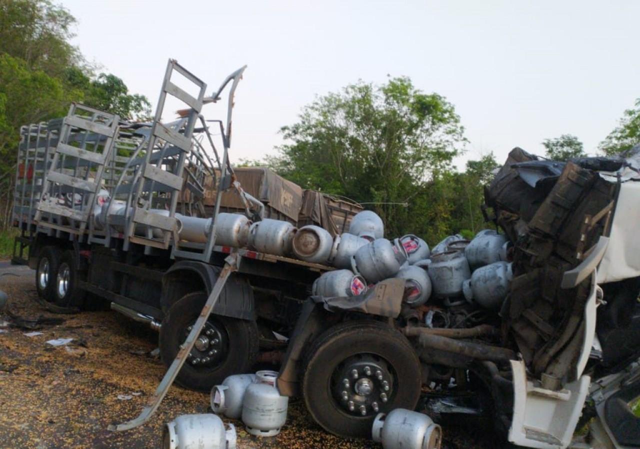 Acidente entre dois caminhões deixa um morto na região do Goio-Ên